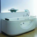 Baignoire balnéo dans une salle de bain